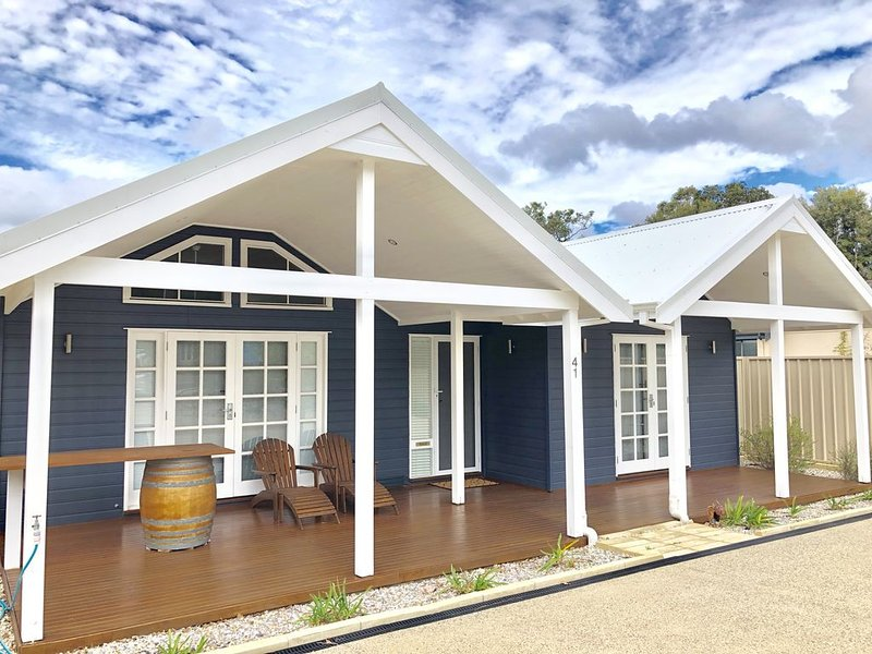 New Pet friendly  home & very close to dog beaches & Old Dunsborough bay, location de vacances à Busselton