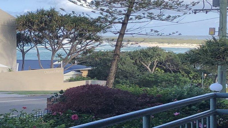 Great position, close to the beach w/views & a/c, alquiler vacacional en Caloundra