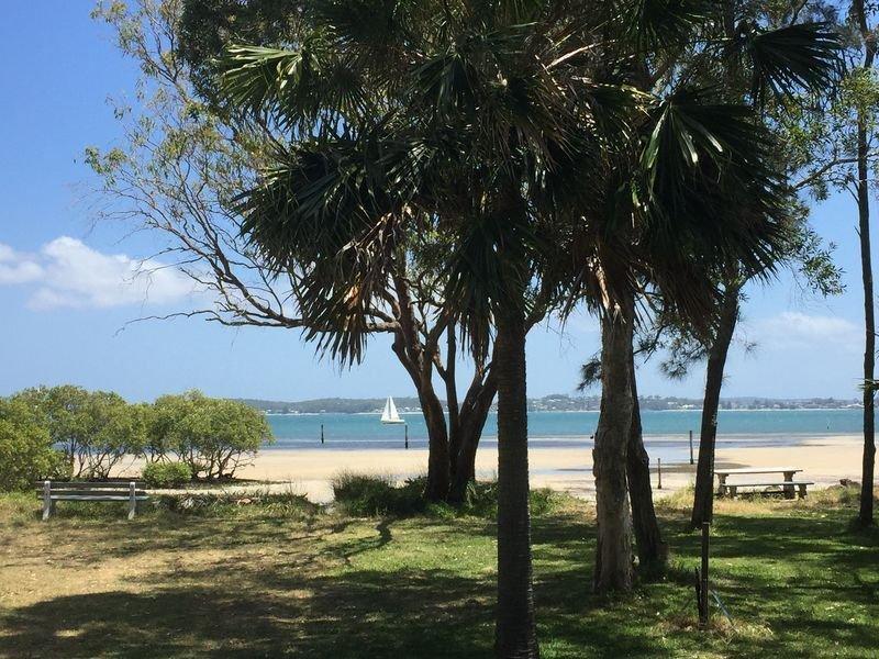 PRIVATE ABSOLUTE BEACHFRONT MANOR PINDIMAR SANDS, vacation rental in Salamander Bay