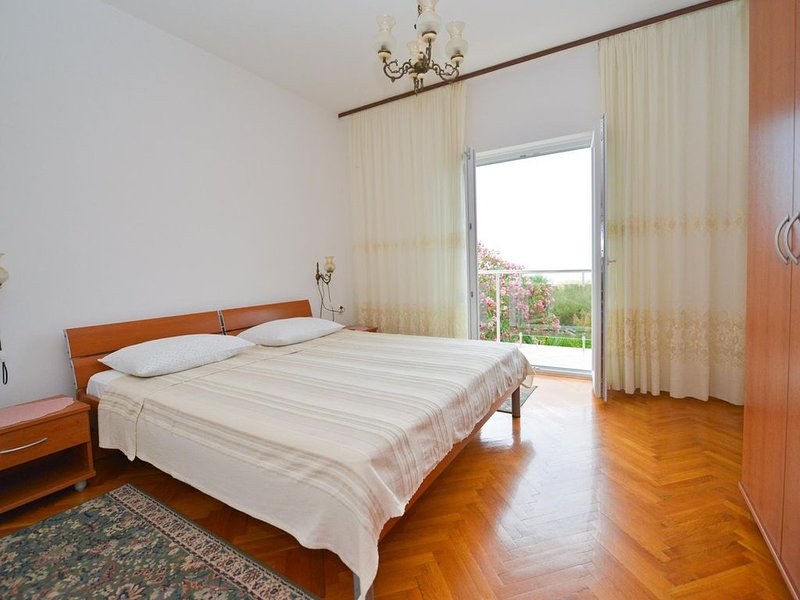Spacious 4* apartment w/ wonderful view,  4 persons, family, youngs, pets, casa vacanza a Novaglia