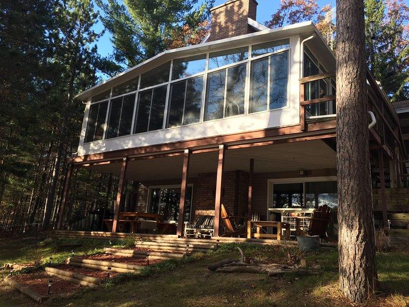 ABBOTT LAKE HOUSE: Enjoy the fireplace with a beautiful lake view!, casa vacanza a Hale