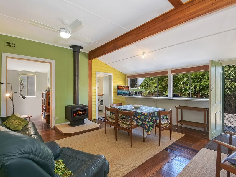 Green Mango-3 bedroom beach cottage with large yard and deck, holiday rental in Camden Haven
