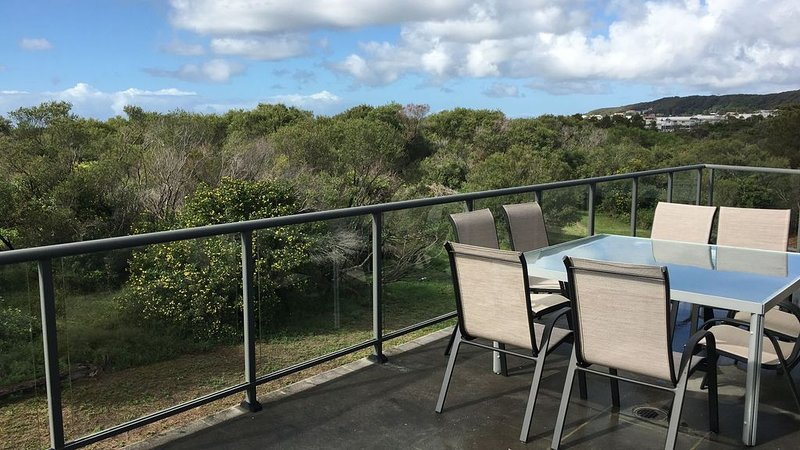 Beachside Beauty - Caves Beach - just 100m from the beach with amazing views, vacation rental in Lake Macquarie