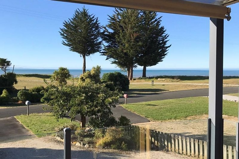 Stunning holiday home across the road to the beach, alquiler de vacaciones en Takaka