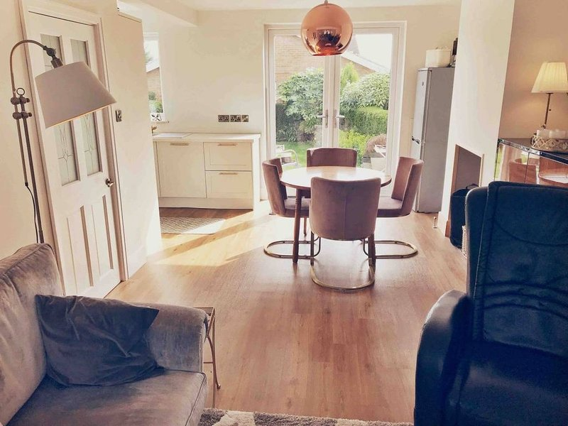 Renovated Private Home-Sleeps 5, holiday rental in Nottingham