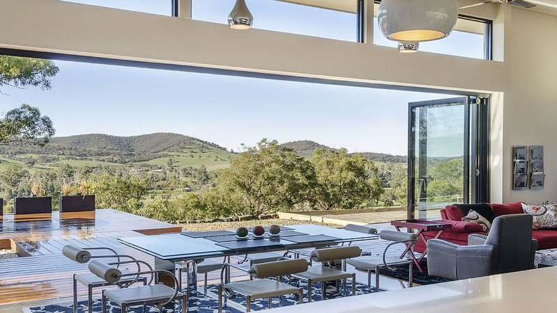 Appreciate the space to exhale while sipping on glass of sparkling wine!, alquiler vacacional en Yarra Valley