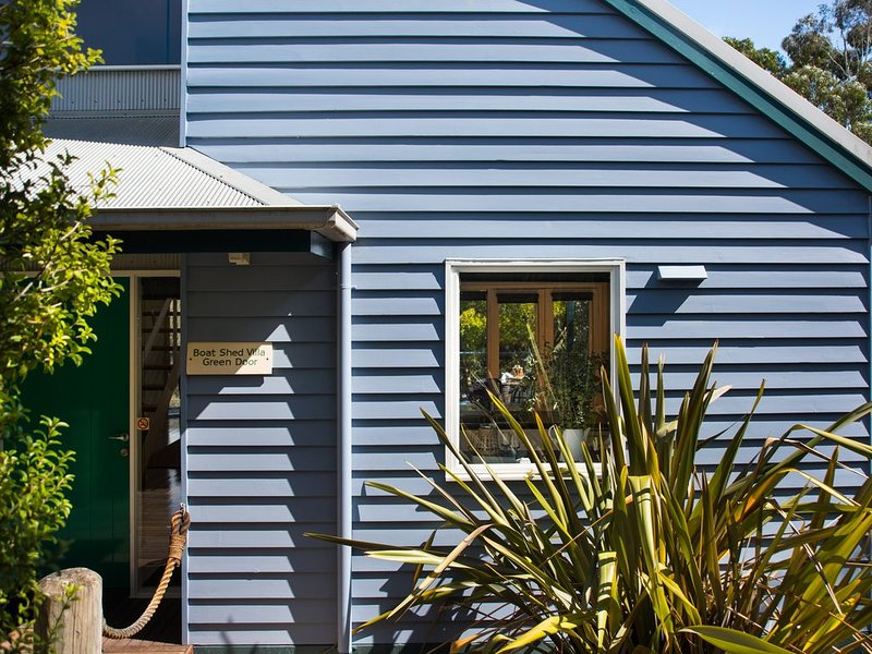 Boatshed Villa Green Door - Romantic Retreat for two right on Lake Daylesford!, casa vacanza a Eganstown
