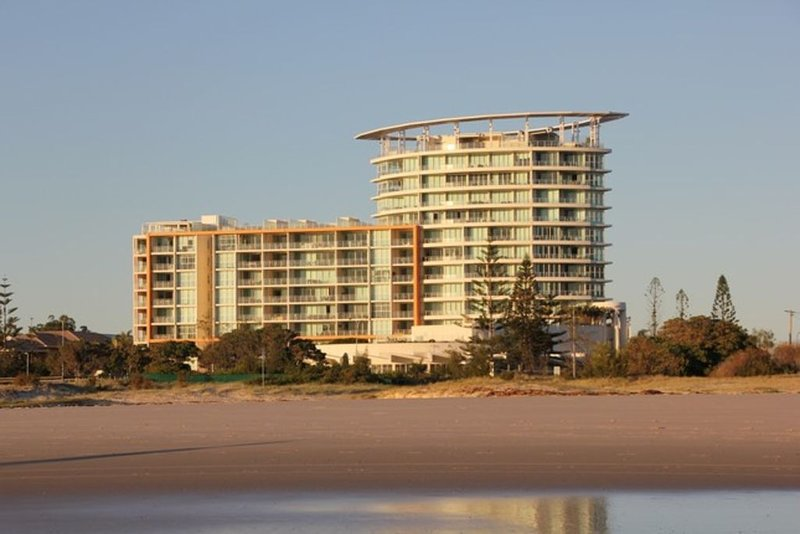 Kirra Surf Unit - 4.5* by beach, ground floor with your own private courtyard, holiday rental in Gold Coast