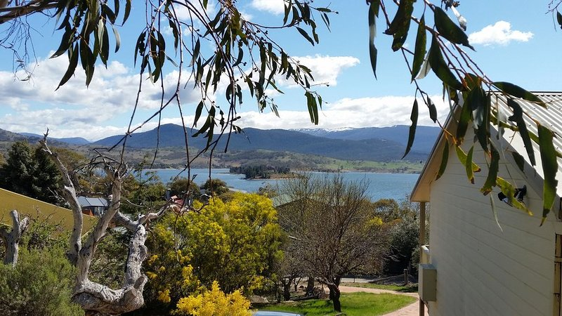 Awesome views of Lake & Mountains, Cosy & Tidy, Slow combustion wood heater, holiday rental in Jindabyne