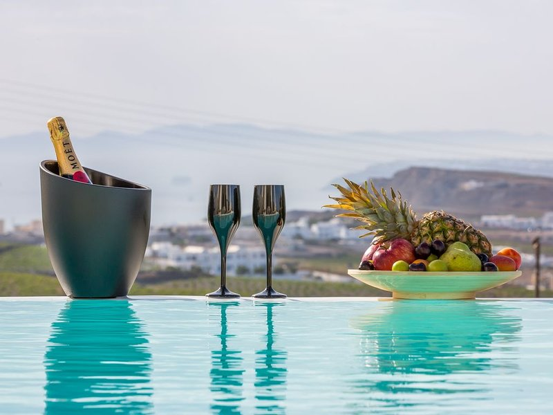 Luxury Villa with Private Pool, Sunset and Caldera View, location de vacances à Santorin
