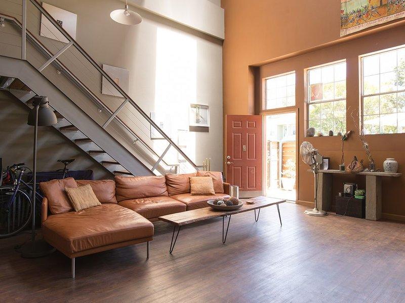 Room in Sunny, Art-Filled Oakland Loft, alquiler de vacaciones en Oakland