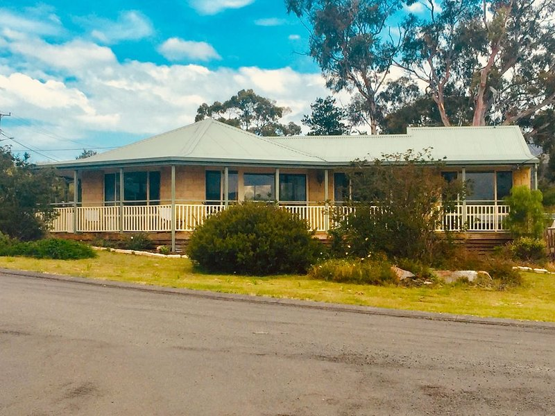 Close to the Beach. Family and pet-friendly property.  WiFi., holiday rental in Buckland