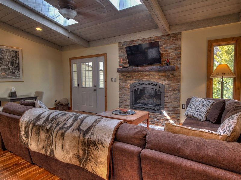 Newly Renovated Multi Level Vail Home; 10 minutes From Slopes, Free Shuttle serv, holiday rental in Minturn