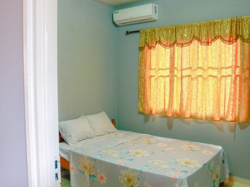 Quiet and family friendly apartment ideal for family with children and groups, casa vacanza a Suriname