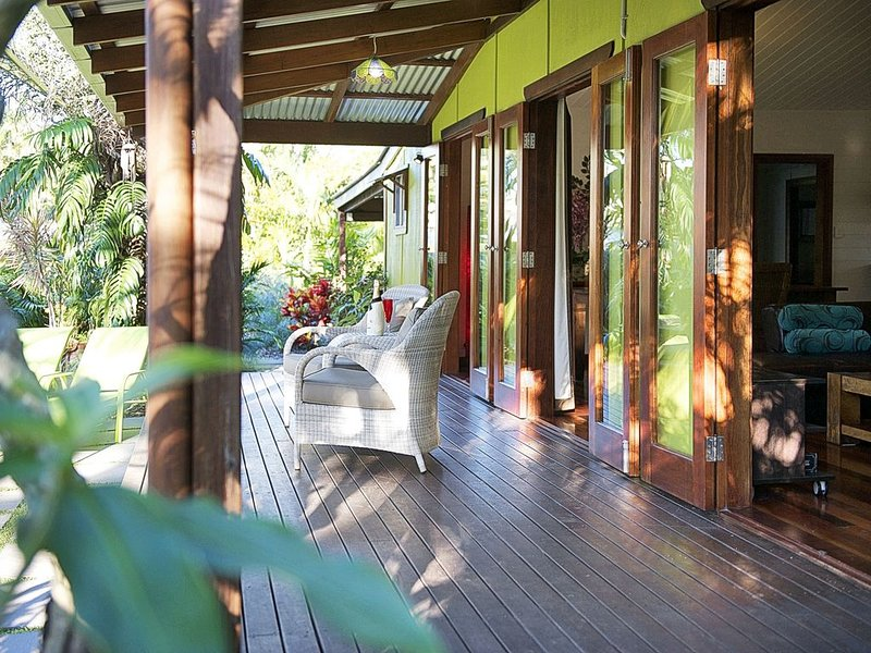 'Lantana'  Your tropical oasis in town centre .   (Dogs also welcome), holiday rental in Byron Bay