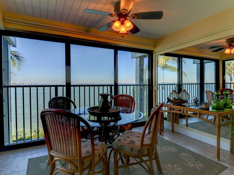 Mariner Pointe #1042: Gorgeous & Expansive Bay Front Views & Great Location!, vacation rental in Sanibel