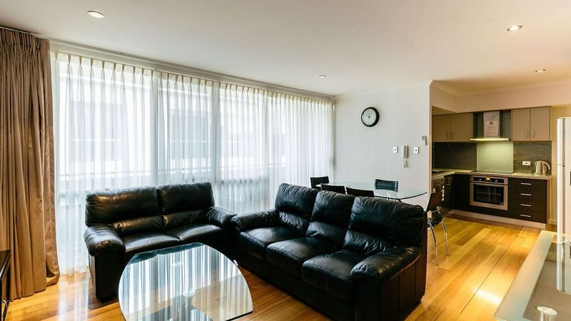 Centrally located modern 2 level apartment, vacation rental in Beaconsfield
