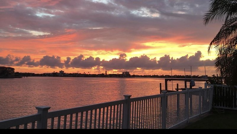 Large, Beautiful WATERFRONT HOME-Dock-Stunning Sunsets - 5 Bed/4 Bath/ Sleeps 12, holiday rental in Redington Beach