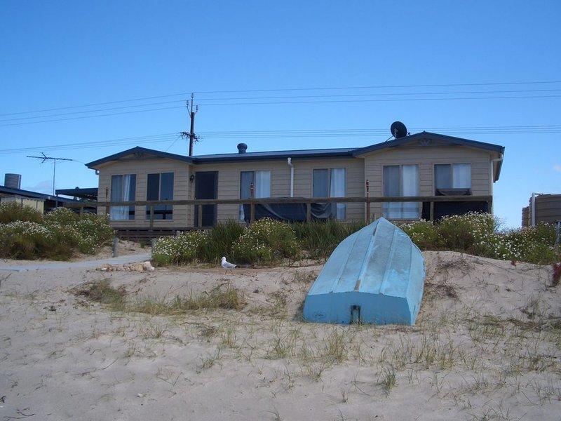 Sittin on the Beach - Absolute Beachfront, location de vacances à Edithburgh