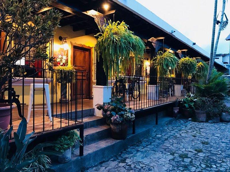 HABITACION FAMILIAR ESTANDAR - HOTEL BOUTIQUE LIRIOS, holiday rental in Antigua