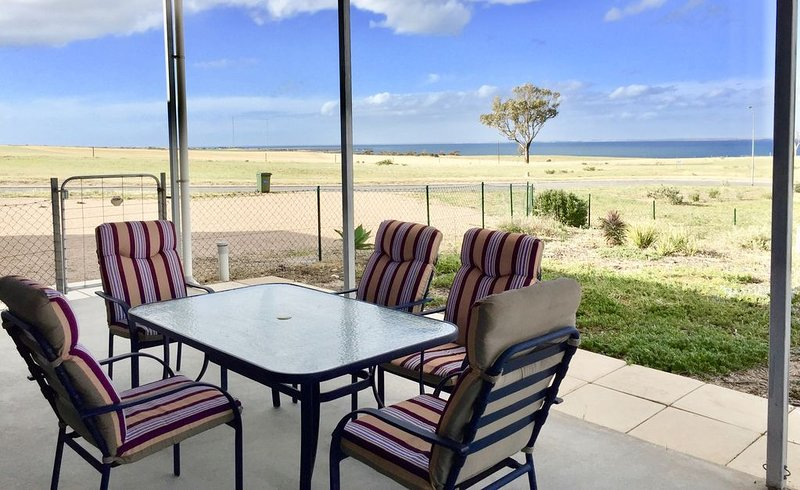 Contemporary holiday shack with stunning ocean views! Space for cars & boats, holiday rental in Streaky Bay