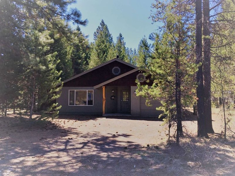 Mins to the Heart of Sunriver! Bikes & Ping Pong, Patio w/ Grill, Fenced in Back, alquiler vacacional en Central Oregon