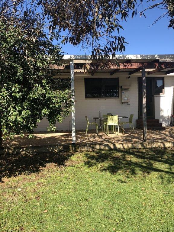 Belle cour arrière entièrement clôturée avec terrasse couverte et barbecue