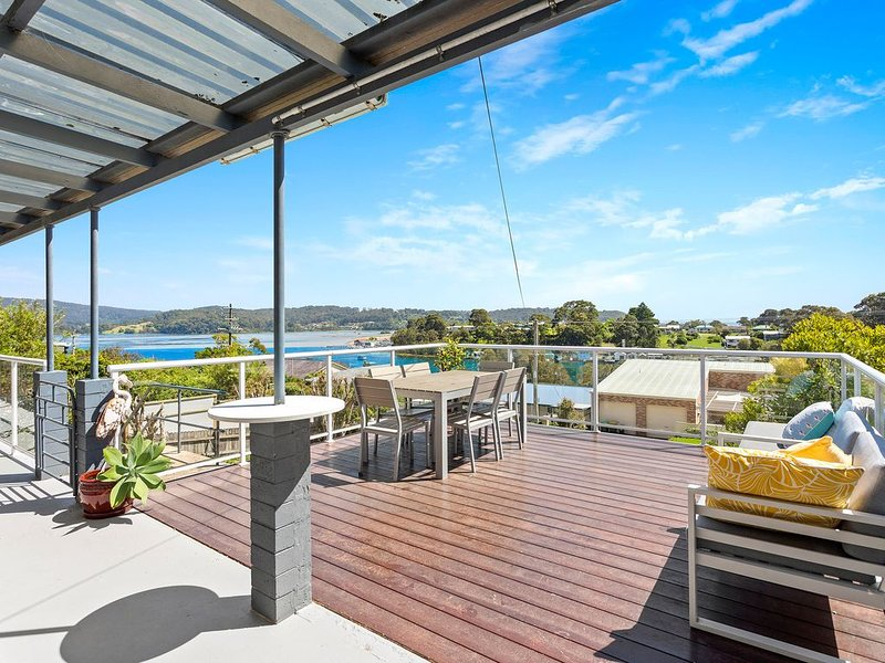 Fantastic holiday home with water views & great deck, holiday rental in Eurobodalla