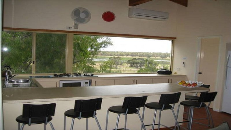 ' Seabreeze and Trees ' - The perfect family getaway only 100m from the water!!, holiday rental in Bunbury