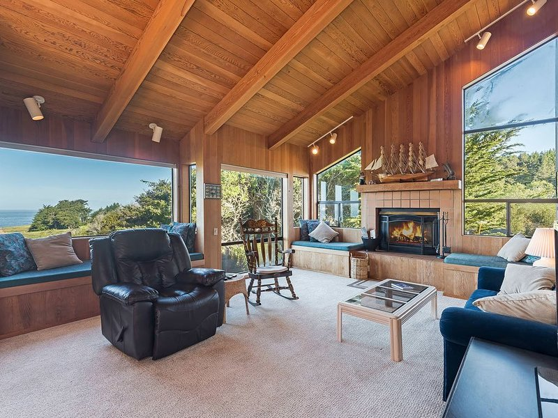Spacious Meadow Escape with Hot Tub, Deck, Ocean View & Fireplace- Viglione, alquiler de vacaciones en Stewarts Point