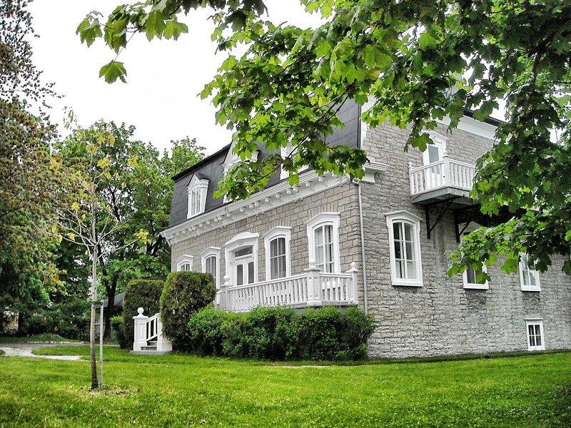 Maison Ancestrale - jusqu'à 20 pers. / 3 Salle de bain / possibilité 9 chambres, vacation rental in Saint-Laurent-de-l'Ile-d'Orleans