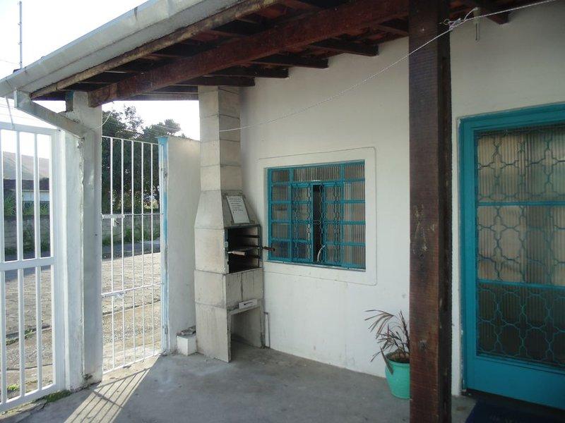 Sunny chales-Casa 1 quarto - pet ok -  Martin Sá  Wi Fi - 350 mts praia ar cond, holiday rental in Caraguatatuba