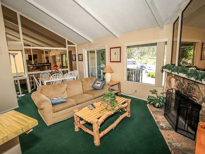 Lakeview Upper Level Condo~Walk To Lake~Outdoor Community Spa & Seasonal Pool~, alquiler de vacaciones en Angelus Oaks