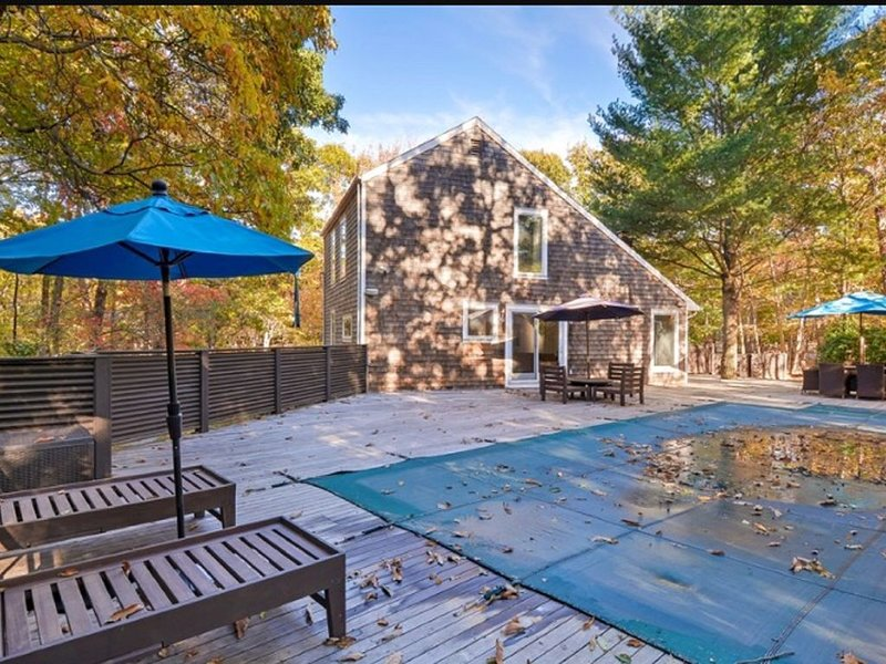 East Hampton saltbox with pool, walkable to private beach...so pretty, holiday rental in Springs