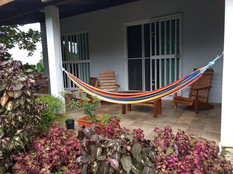 Beautiful Garden Cottage and Rooms in the Heart of Belize!, alquiler vacacional en San Jose Succotz