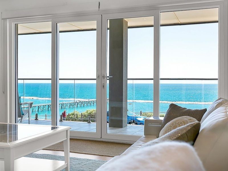 35°South, Port Noarlunga: A modern house with vast sea views of the iconic jetty, location de vacances à Christies Beach