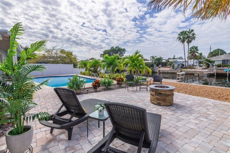Latitude Adjustment: WATERFRONT + New Dock. Heated Pool. Firepit. Canal, holiday rental in Bradenton
