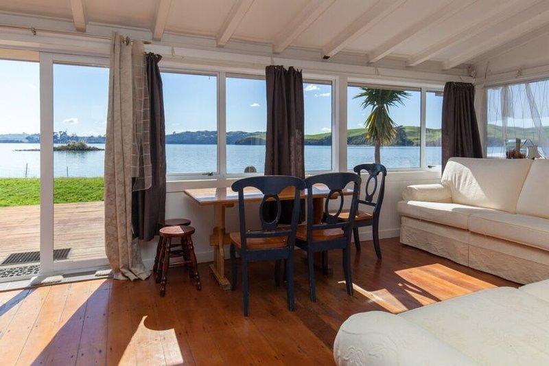 Stunning ocean-front beach house, Ferienwohnung in Hamilton