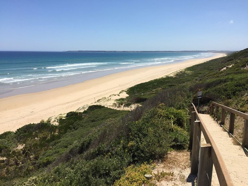 Three Bedrooms, Two Bathrooms,  Two Living Areas, Walk to the Beach, holiday rental in Venus Bay