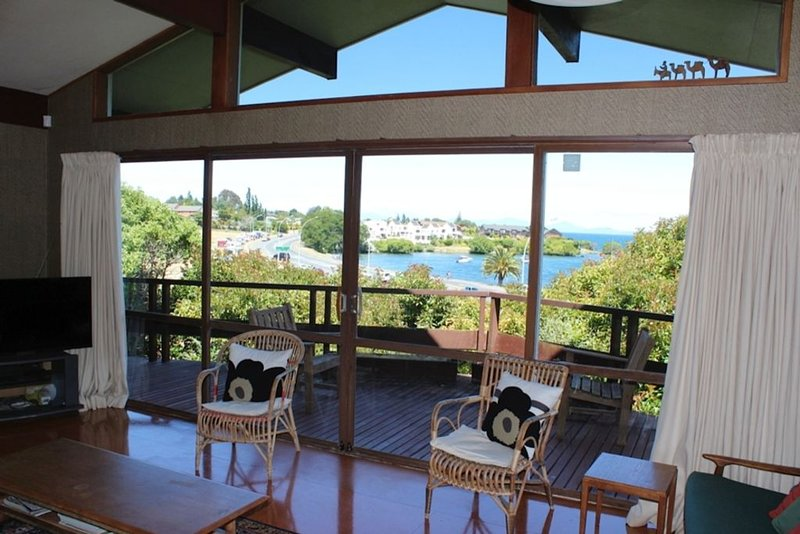 Fantastic holiday home with lake and mountain views, holiday rental in Taupo