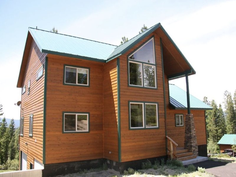 Amazing Mountain Retreat ~ Near Lakes, Mountains, Streams, vacation rental in Crescent Lake