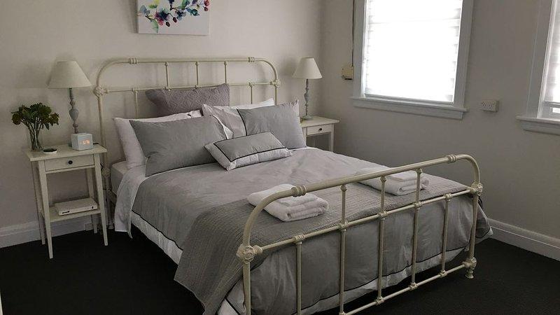 Clean home suitable for 2 families. Quite street with large yard., aluguéis de temporada em Goulburn
