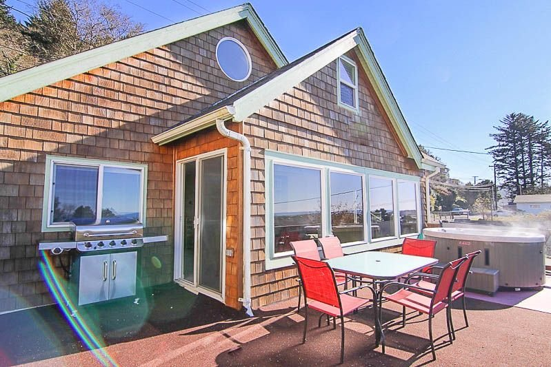 Updated Depoe Bay Charmer has Wood Fire, Oceanview, Hot Tub & Allows Pets!, holiday rental in Depoe Bay