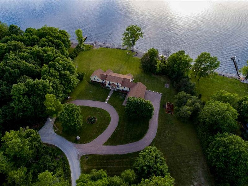 Private and Expansive Lake Champlain Waterfront, Spectacular Views and Sunsets!, holiday rental in South Hero