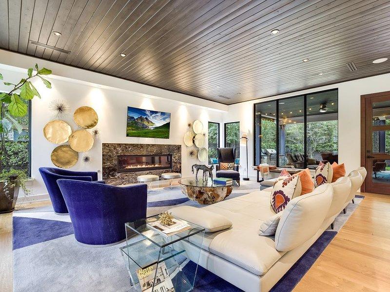 Vivre - Regardez ces beaux plafonds. Le salon est grand mais confortable!