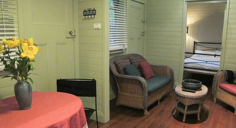Cosy Bungalow. 1 minute walk to the main street. 5 minute walk to the pier., holiday rental in Indented Head