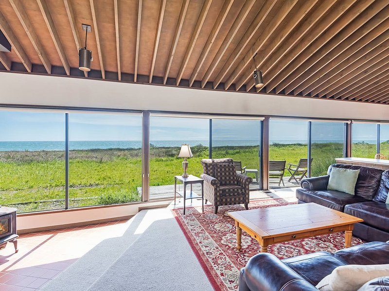 Bluff House with Hot Tub, Ocean View & Natural Light- WiFi included, alquiler de vacaciones en Stewarts Point
