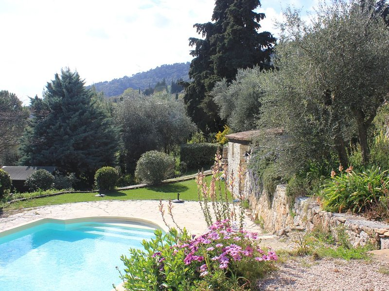 NEW:SUPERB LARGE STONE PROPERTY WITH STUNNING VIEWS ON COUNTRYSIDE, LAKE AND SEA, alquiler vacacional en Le Tignet