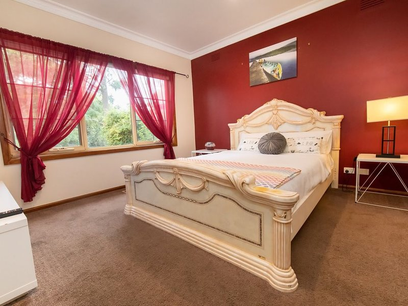 Cedar Holiday House - NetflixParkingWifi, 24hr shops, vacation rental in Rowville