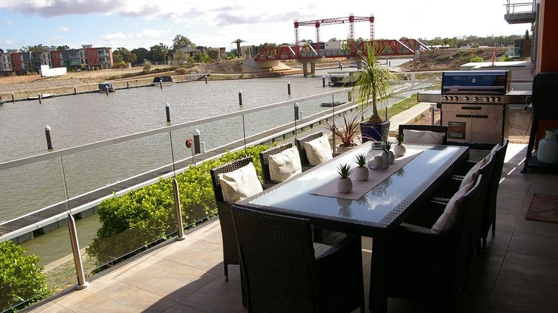 Clearview Waters-prestige 2 storey House on Marina with 4 King beds, holiday rental in Mildura